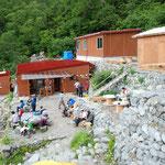 雪崩で破壊された岳沢小屋の再建