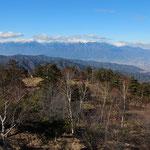 鹿嶺高原、三峰川の上流にある標高1800mの高原からは、目の前に仙丈ケ岳、伊那谷の背後に中央アルプス、遠くに北アルプスが展望できます。