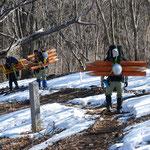 ③登山道の整備、5本で60キロの重量の木柱を背負う、安全対策のためには費用も労力も必要(東京都奥多摩町)