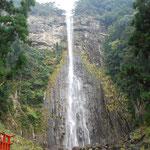④和歌山県那智勝浦町、那智の大滝として信仰の対象、華厳の滝、袋田の滝を加えて日本三大名瀑(日本の滝百選)