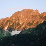①前穂高岳の朝焼け、涸沢に向かう途中、梓川にかかる吊り橋から眺めるモルゲンロート(朝焼け)は見事です。