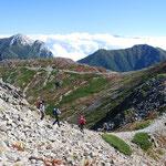 ④南アルプス仙丈ケ岳の稜線、北岳の背後の富士山、甲斐駒ケ岳や鳳凰三山などが一望にでき、明るい稜線歩きが楽しめます。