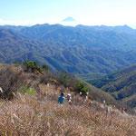 ②信州峠から一時間余りで、富士山、八ヶ岳、奥秩父、南アルプスが眺望できる明るいカヤ場の横尾山に到着(北杜市)