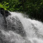 ③裏磐梯・不動の滝、ブナの森に湧出する水が集まり、滝となって小野川湖に注ぎます。