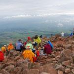 ②久住山頂、360度の展望地、眼下に久住高原、遠くに祖母山系のやまなみ