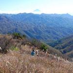 信州峠・横尾山、明るいカヤトの草原、奥秩父、八ヶ岳、南アルプス、富士山の眺望に恵まれています。