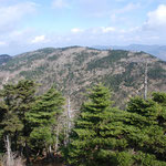 ⑥修験道の聖地大峰山系、紀伊山地の最高峰八経ヶ岳(1915m)から弥山方面を望む、山域はシカの食害もあり、トウヒの立ち枯れが目立つ
