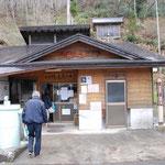⑥湯ノ花温泉共同浴場、福島県南会津町の川沿いに湧き出る熱い温泉、共通利用券で4ヶ所の共同浴場巡りが楽しめます。
