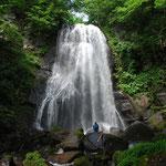 ②福島県北塩原村、裏磐梯の小野川湖に注ぐ沢の中流にある不動滝、上流はブナ林に被われ湧水が豊富