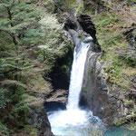 ⑤徳島県那珂町、剣山系の渓流釣りで偶然出会った大釜の滝、絶壁に囲まれ、滝壺が15メートルと異様に深い(日本の滝百選)