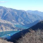 ⑥奥多摩湖、都民への安全な飲料水の供給源、背後は六ツ石山、遠く川乗山方面を望む(東京都奥多摩町)