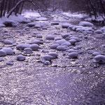 ③奥入瀬渓流の入り口付近、玉石に降り積もった柔らかい雪が、暖かく感じられることも、十和田八幡平国立公園(青森県十和田市)