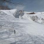 ④巨大な雪庇にも割れ目が現れだした