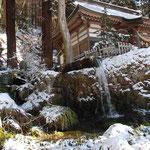 ④大滝神社、背後は滝山と呼ばれ、江戸時代には御留林として湧水の保全に努めてきました(山梨県北杜市)