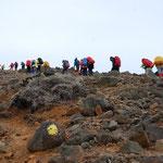 ①久住山頂を目指して、山頂周辺は火山荒廃地、風雨が強い時は辛い登りに
