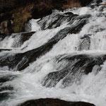 ②日光・竜頭の滝、緩やかな水の流れが創り出す千変万化の妙。
