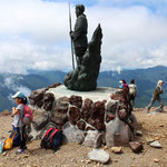 ⑥山頂の御神像、巨大な二荒山大神が中宮祠からの登山者を見守ります