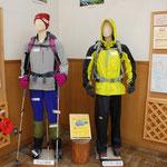 ④奥多摩ビジターセンター、冬山と雨天時の服装を分かりやすく展示して、登山者に注意喚起(東京都奥多摩町)