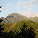 ②三伏小屋からの塩見岳、小屋の眼前に朝日に輝く塩見岳、三伏峠からは荒川岳、赤石岳に向かう長い稜線が望めます。