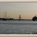 """Die Schiffe direkt vor der Schiffsbegrüßungsanlage """"Willkomm Höft"""""""