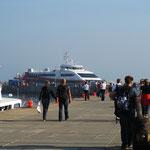 Katamaran am Helgoländer Hafen