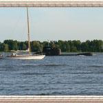 Das U-Boot in Begleitung eines Seglers.
