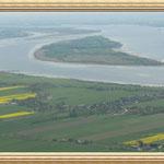 Oben im Bild ist die Insel Bishorster Sand  und vorn wieder die Insel Pagensand in der Elbe zu sehen. Rechts ist das Fahrwasser der großen Pötte.