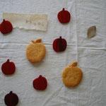 りんごブローチ (花梨)                                     /2.200円      [だいたい40x40]