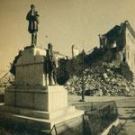 Estatua frente a los restos del Alcázar.