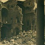Patio interior del Alcázar, con la doble muralla del edificio derribada.