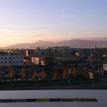 4時半に終了・・窓からの景色、伊吹山に夕陽が・・・