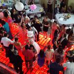 dj para bodas en Casa de las Campanas bailando en la pista iluminada