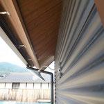 外壁は大波のガルバリウム鋼板 軒裏には杉板を貼りました