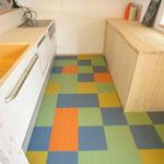 キッチン床はレトロな配色のPタイルを貼りました