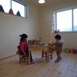 明るいインテリアの子供部屋