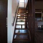 スケルトンの階段はカッコイイだけではなく、部屋を広く見せます