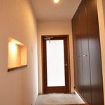 とても明るい玄関が気持ちいい(強化ガラスです) 玄関の飾り棚にも照明を仕込んでいます