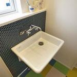 床とタイルが絶妙のハーモニーな洗面スペース