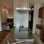 キッチン天板に写りこむタイルがキレイ!