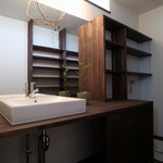 洗面家具もオーダーメイドで 棚がとても便利そうです