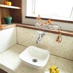 トイレの手洗いには大理石のタイルを