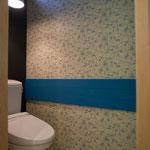 鮮やかなブルーが際立つトイレ