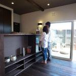 家具や造作材は床の色に合わせました とても一体感がありますね!