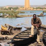 Kenneh Doé sur la rive du Niger.Bamako.Mali.