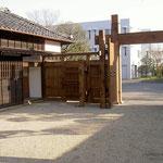 内側から見る冠木門と門番小屋