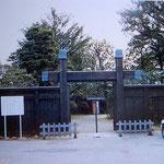昭和43年に修復した往時の冠木門