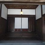 玄関の式台と舞良戸