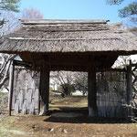 南側正面から見た萱門