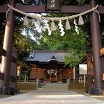 神社の鳥居と拝殿