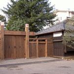 外側からみる冠木門と門番小屋